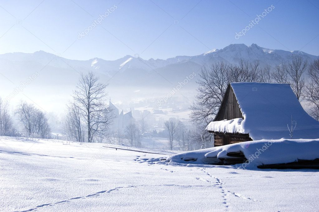 Winter scene in mountains. Old house and snow — Stock Photo #1736286
