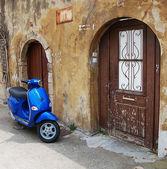 Blauer Roller über alte Mauer — Stockfoto