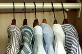 Shirts opknoping in de kast — Stockfoto