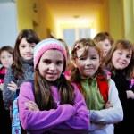 glada barn grupp i skolan — Stockfoto