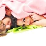 jonge meisjes onder deken glimlach — Stockfoto