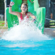 jeune fille s'amuser sur le toboggan aquatique à la piscine en plein air — Photo