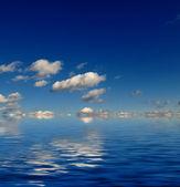 Ciel bleu avec la réflexion de l'eau — Photo