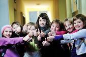 Glückliche kinder-gruppe in der schule — Stockfoto