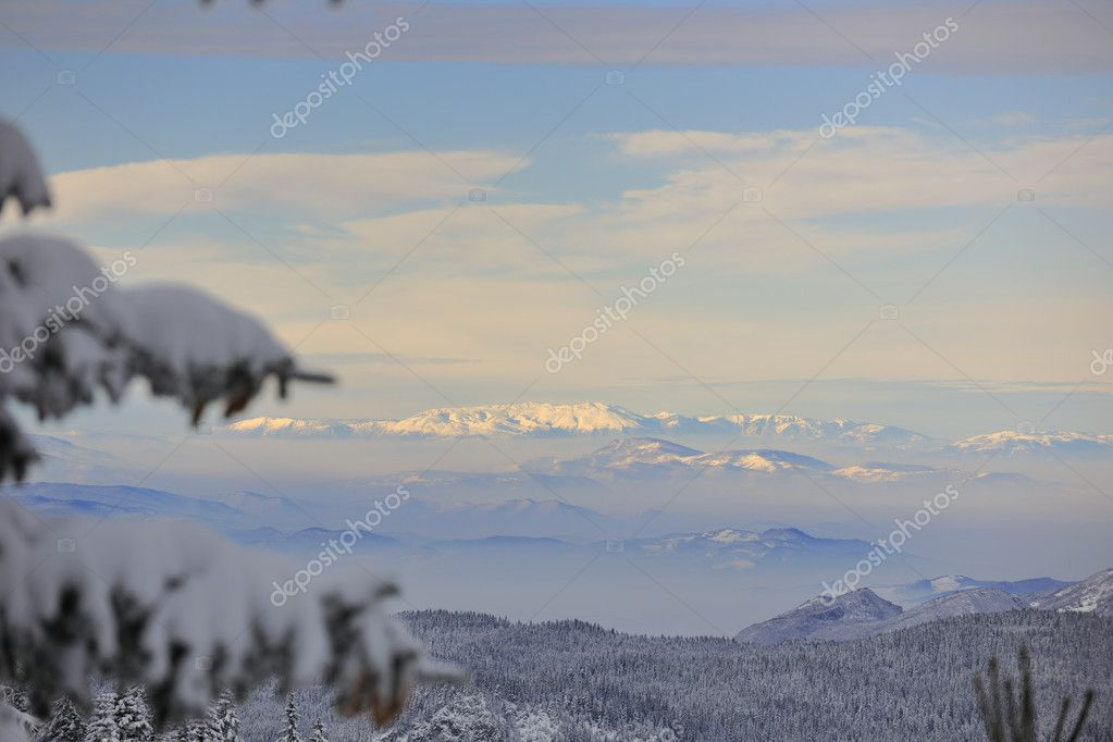 Winter mountain landscape at sunny day and snow peaks — Stock Photo #1672316