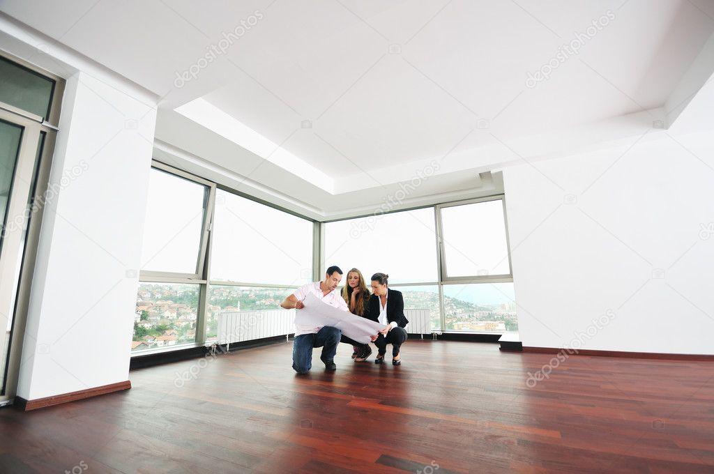 Heureux jeune couple achat nouvelle maison photographie for Achat nouvelle maison impot