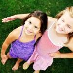 两个快乐女孩玩得开心户外 — 图库照片