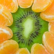 Kiwi and tangerine background — Stock Photo