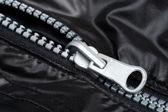 Chiusura lampo sulla giacca nera — Foto Stock