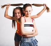 две маленьких девочки — Стоковое фото