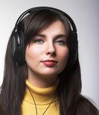 美丽的耳机的女孩 — 图库照片