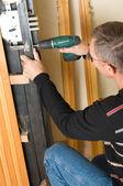 Handyman reparera lås — Stockfoto