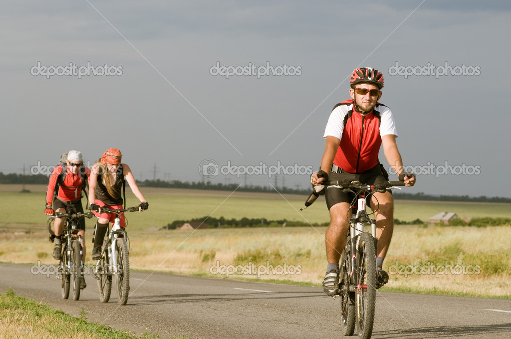 Group cyclists relax biking outdoors — Stock Photo #1815748