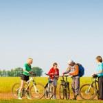 Rowerzyści relaks, jazda na rowerze na świeżym powietrzu — Zdjęcie stockowe