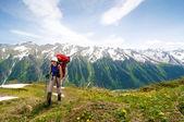 Trekking nas montanhas — Fotografia Stock