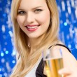 Young woman drinking champagne — Stockfoto