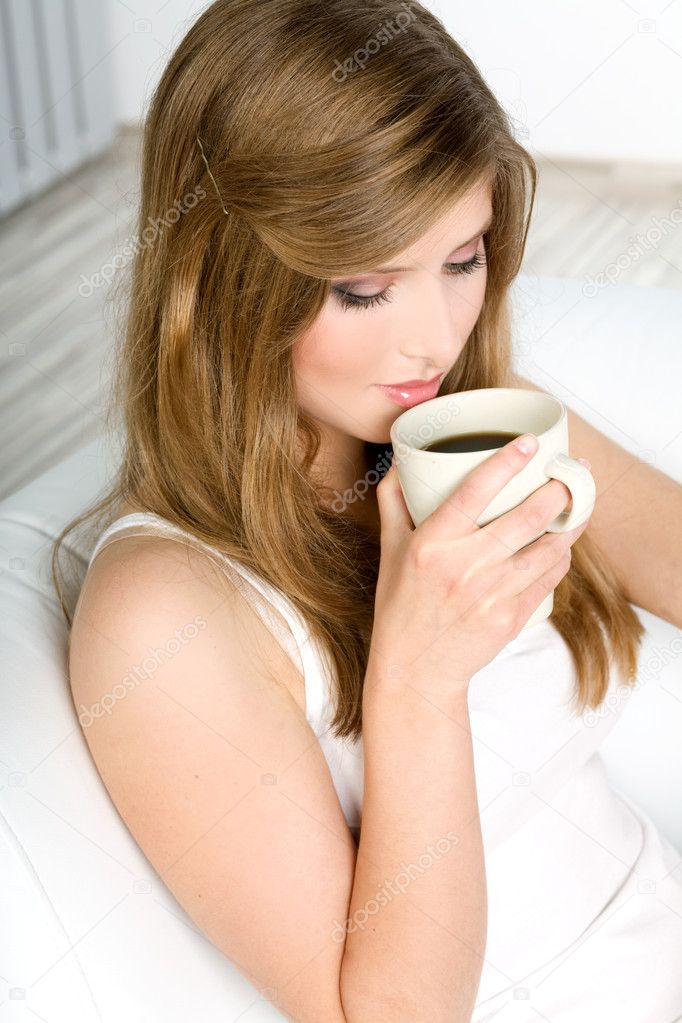 Beautiful woman drinking coffee at bed — Stock Photo #2069489