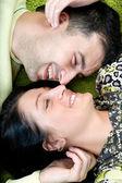 Jovem casal feliz, deitado no chão — Fotografia Stock