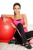 Kadın fitness topu ile — Stok fotoğraf