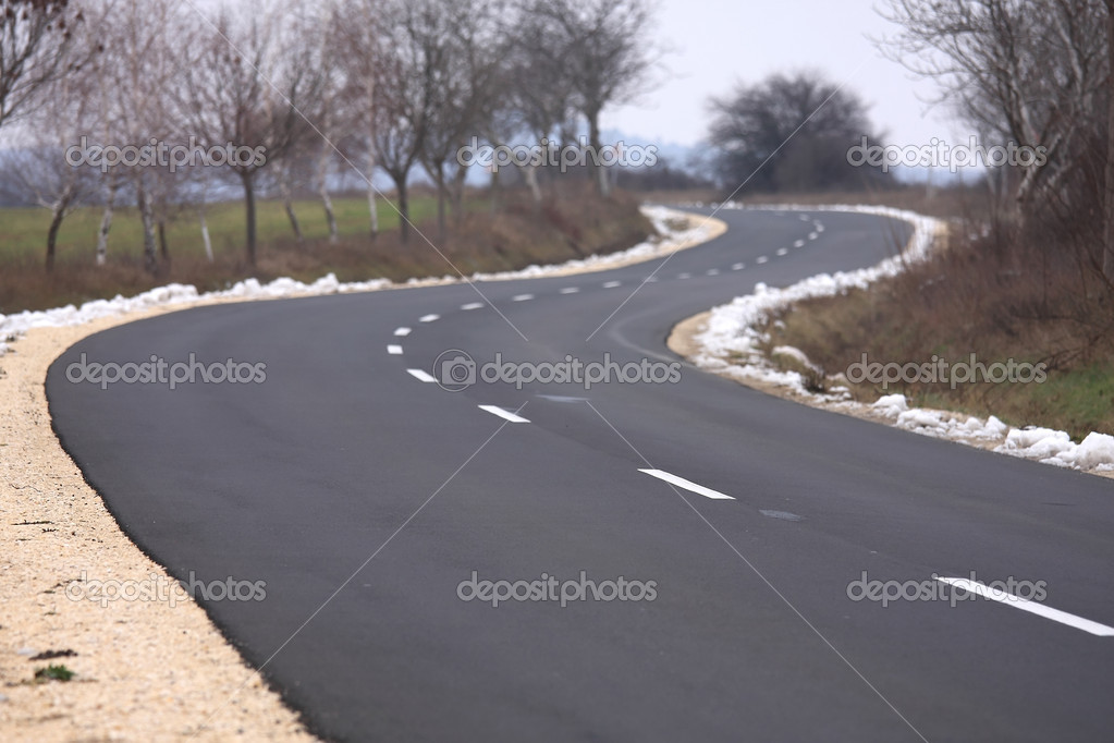 Beautiful curved asphalt road on cloudy days — Stock Photo #2107423