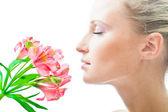 Mooi meisje met bloemen — Stockfoto