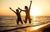 Springen op het strand — Stockfoto