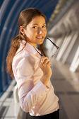 красивые женщины-предприниматели в зале — Стоковое фото