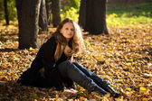 Young beautiful woman in the autumn park — Stock Photo