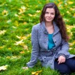 Beautiful young woman in a autumn park — Stock fotografie