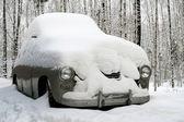 Couvert de neige vieille voiture — Photo