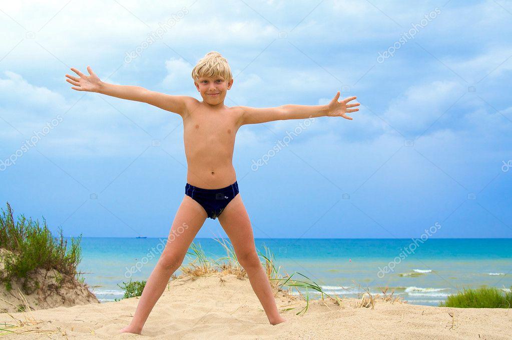 мальчишка на пляже