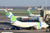 Samolot czeka na bramie — Zdjęcie stockowe