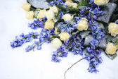 White and blue flower arrangement — Stock Photo