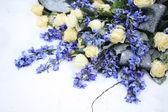 Wit en blauw bloemstuk — Stockfoto
