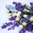 White and purple flower arrangement — Stock Photo