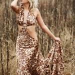 Beautiful woman on the autumn field — Stock Photo