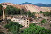 Miniera abbandonata con torre e rovine. — Foto Stock