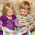 Мальчик и девочка с книгой — Стоковое фото