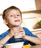 Little boy with milk — ストック写真