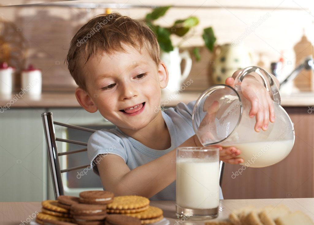 Healthy child pours milk from jug — Stock Photo #1722360