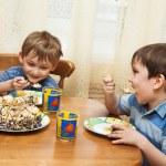 Веселые дети едят торт — Стоковое фото