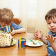 Children eat a pie — Stock Photo