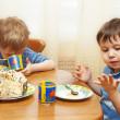 Children eat a pie — Stock Photo