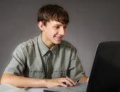 Nastoletni chłopiec używa laptopa — Zdjęcie stockowe