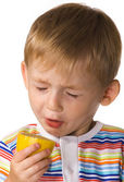 The child eats a lemon — Stock Photo