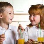 Дети пьют сок — Стоковое фото