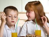 Çocuklara içecek suyu — Stok fotoğraf