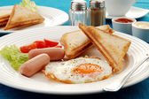 Breakfast - toasts, egg and vegetables — Stock Photo