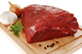 Raw beef on cutting board — Stockfoto