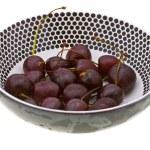 Сладкая вишня в тарелку на белом — Стоковое фото